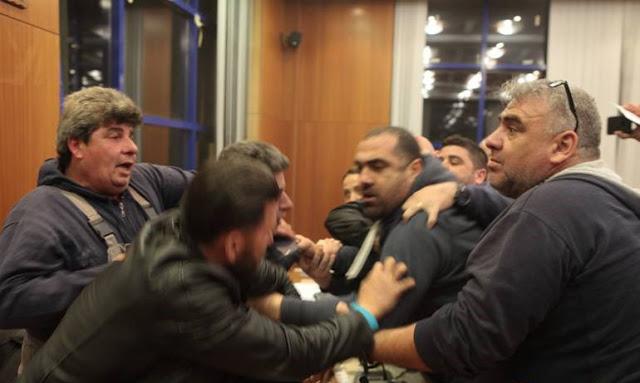 Χαμός στο Δημοτικό Συμβούλιο Αχαρνών: Επιτέθηκαν με μπάζα