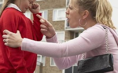 Είδα μια μαμά να φέρεται άσχημα δημόσια στο παιδί της: Να επέμβω;