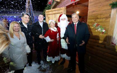 Άναψε το Χριστουγεννιάτικο δέντρο της Περιφέρειας Αττικής στο Πεδίο του  Άρεως