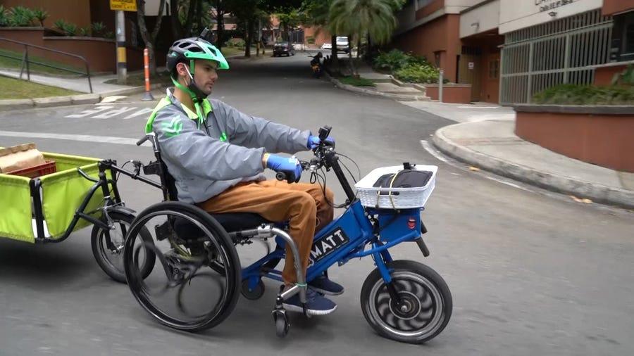 Διανομές κατ' οίκον με αυτοσχέδιο, ηλεκτρικό,  αναπηρικό αμαξίδιο