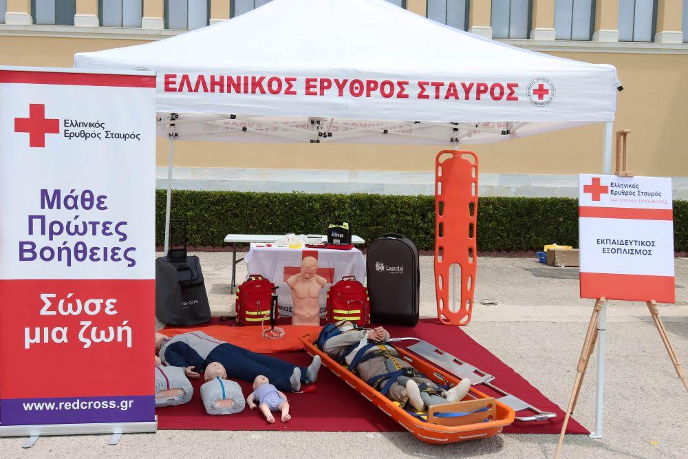Επίδειξη πρώτων βοηθειών στην Πλατεία Συντάγματος, από τον Ελληνικό Ερυθρό Σταυρό
